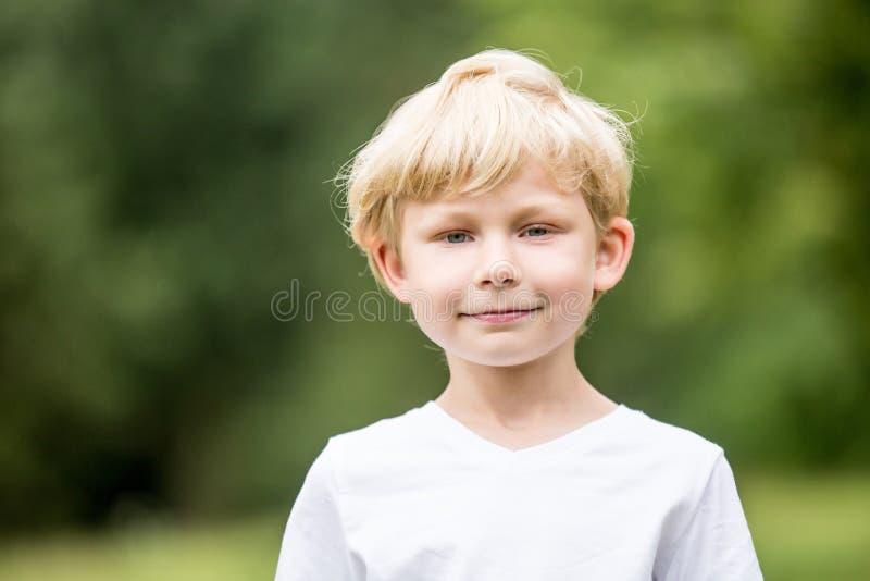 Blond pojke på parkera arkivbild