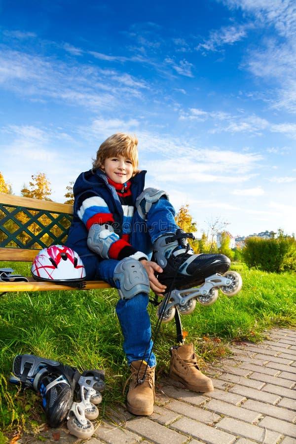 Blond pojke som är klar att åka skridskor royaltyfria foton