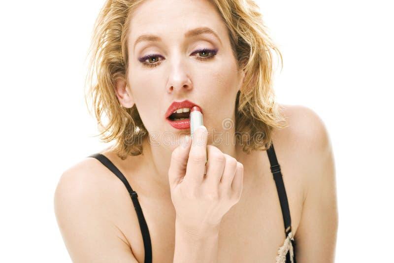 blond pomadki makeup kładzenia czerwieni kobieta zdjęcia stock