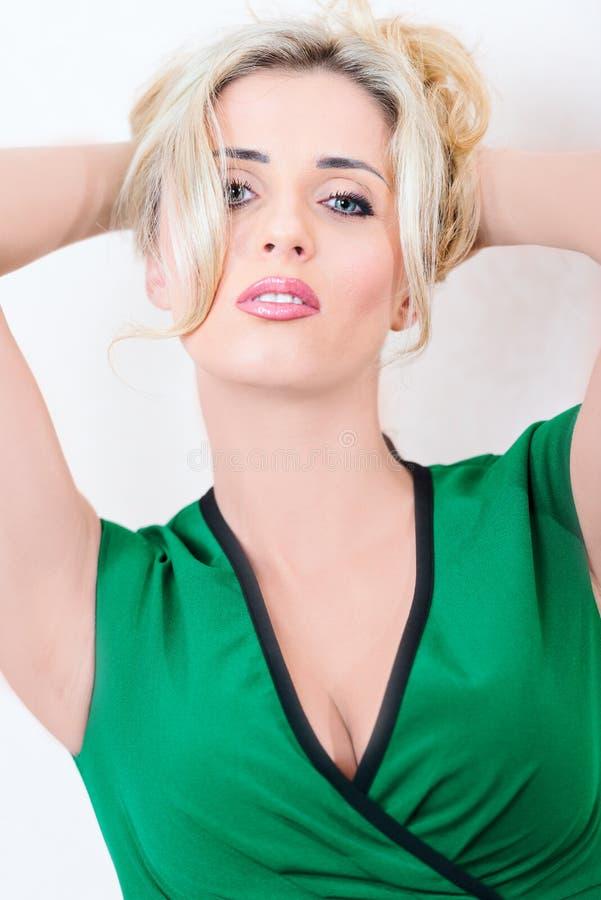 Blond portret w sukni obrazy stock