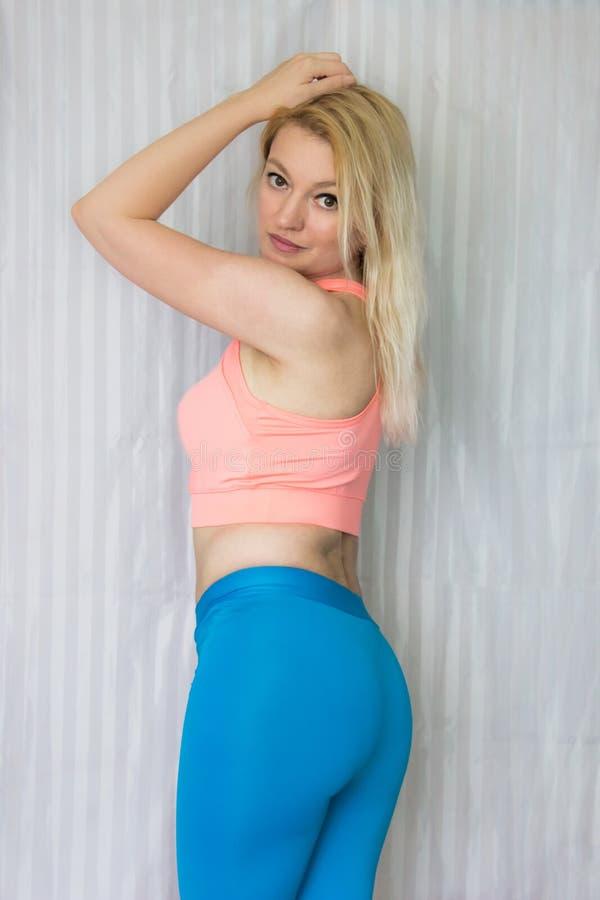 blond posera kvinna royaltyfri fotografi