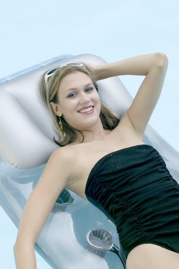 blond przystojnego dziewczyna basen odprężające pływaccy young zdjęcie royalty free