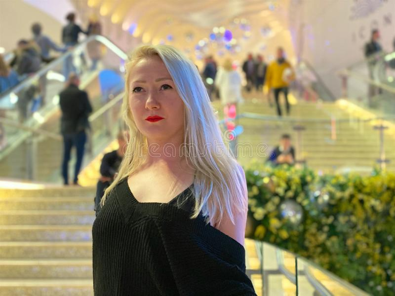 Blond schöne Dame mit roten Lippen lizenzfreies stockfoto