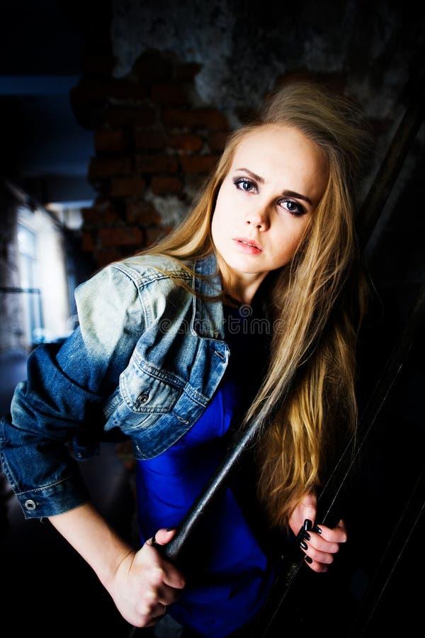 Blond, schoonheid, mooi meisje in jeansjasje stock afbeelding