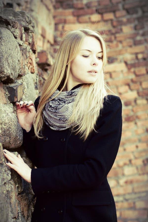 blond seende ner nätt kvinna för stående arkivfoton