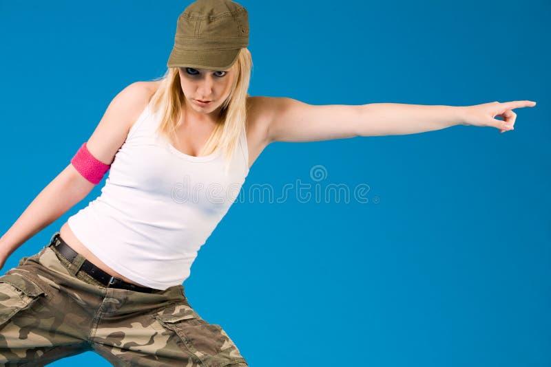 Blond sexy meisje met een dansbeweging stock afbeelding