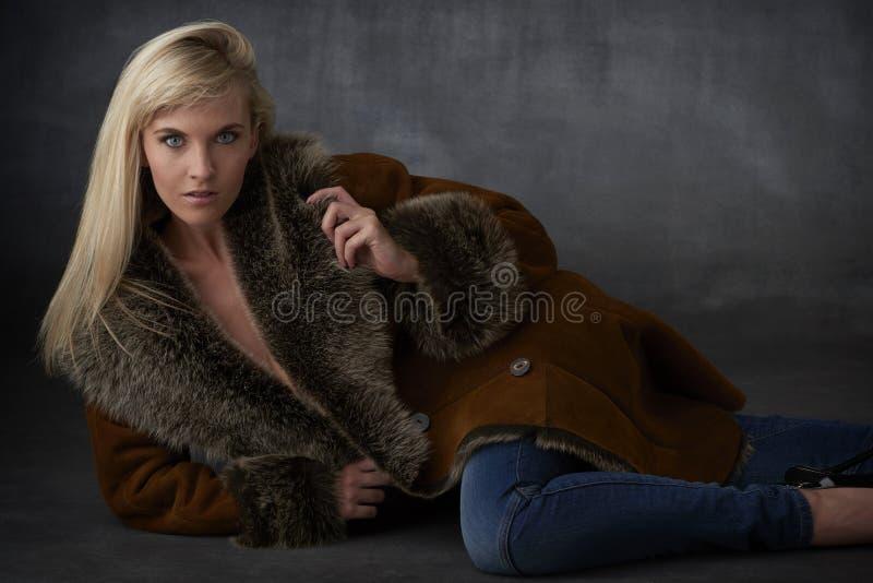 Blond skönhet i pälslag arkivfoton