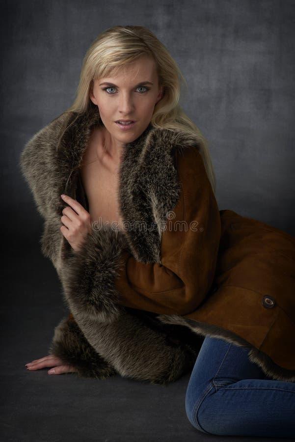 Blond skönhet i pälslag royaltyfri foto