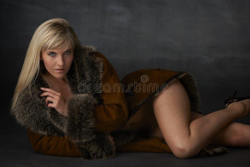Blond skönhet i pälslag arkivfoto