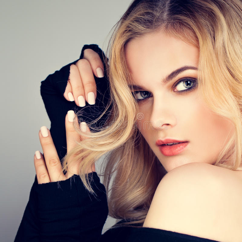 Blond skönhet Nätt kvinnamodemodell med blont hår arkivbild
