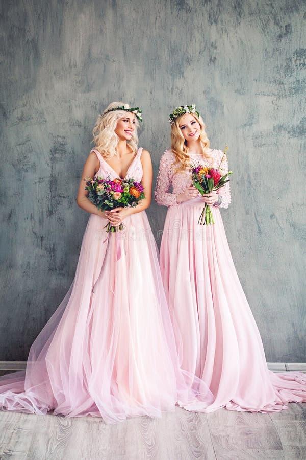 Blond skönhet Perfekt modemodell Women i rosa färgklänning arkivbild