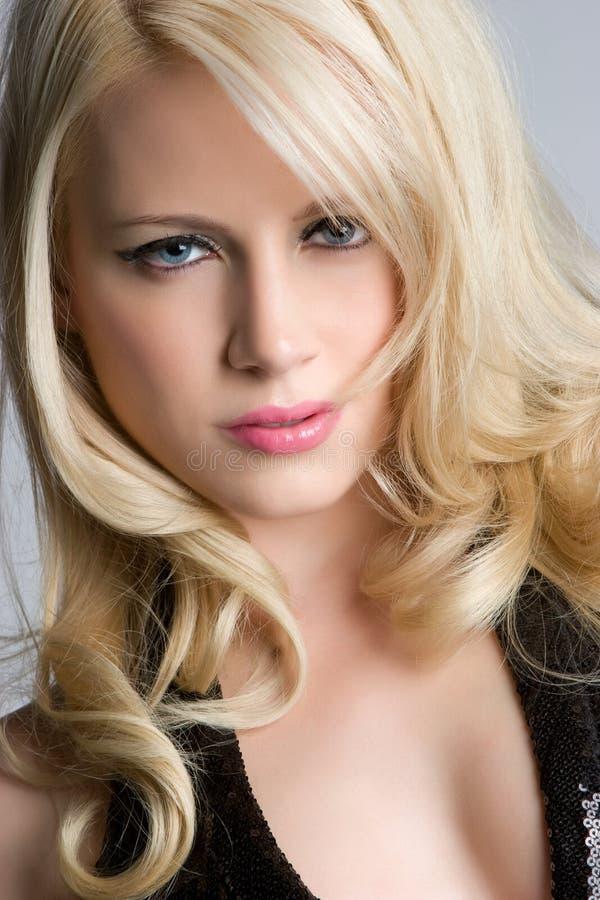 blond ståendekvinna royaltyfri foto