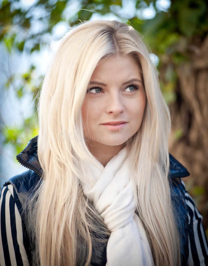 blond ståendekvinna arkivfoton