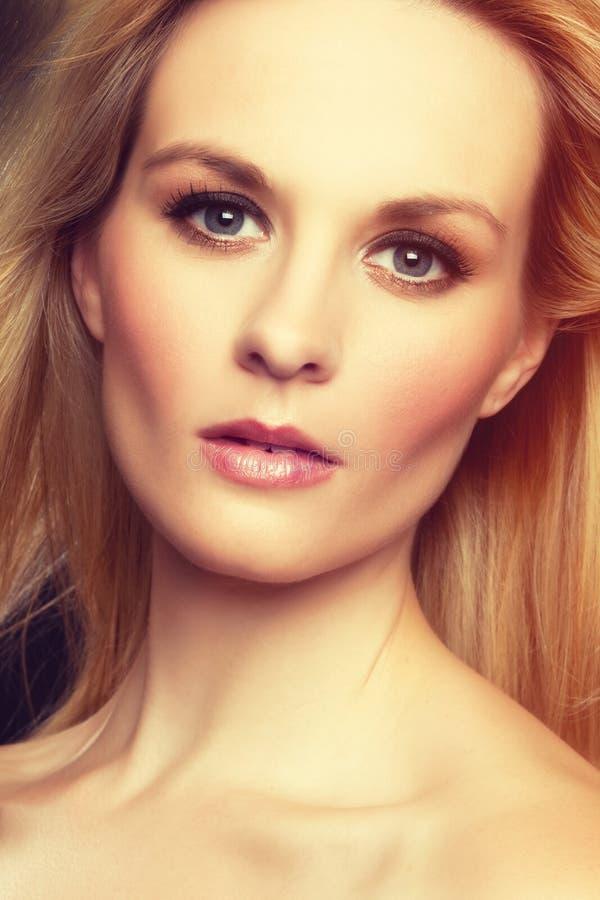 blond ståendekvinna fotografering för bildbyråer