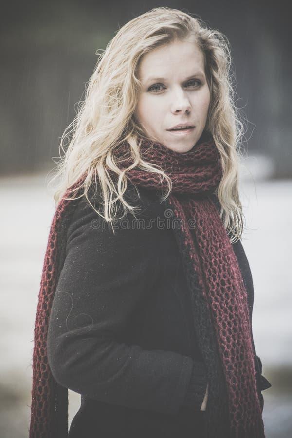 blond ståendekvinna för blåa ögon royaltyfri fotografi