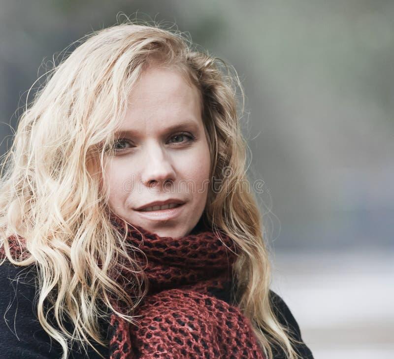 blond ståendekvinna för blåa ögon royaltyfri bild