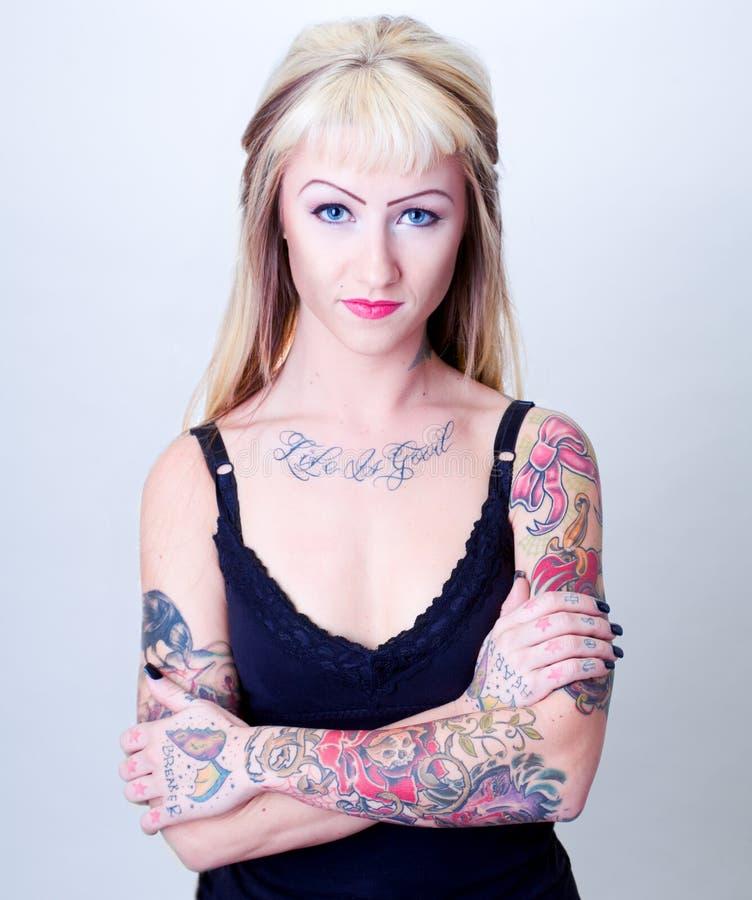blond tatuering för flickahårstående royaltyfria bilder