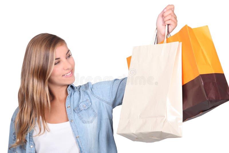 Blond tonåring med shoppingpåsar royaltyfri fotografi