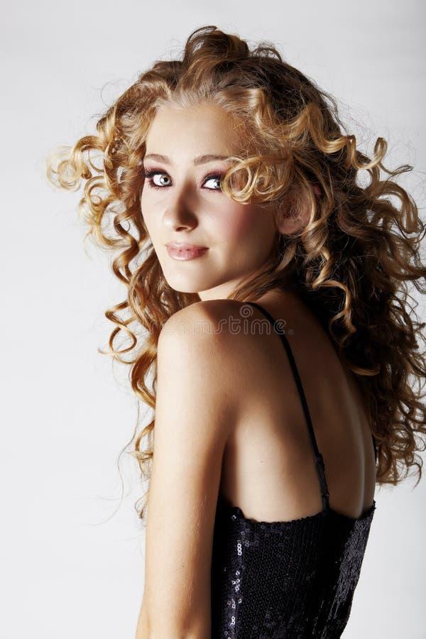 Blond tonårs- flicka för härlig jordgubbe. arkivfoton