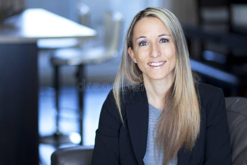 Blond Ufny bizneswomanu ono Uśmiecha się zdjęcia royalty free