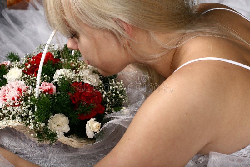 Blond und Blumen lizenzfreie stockfotos
