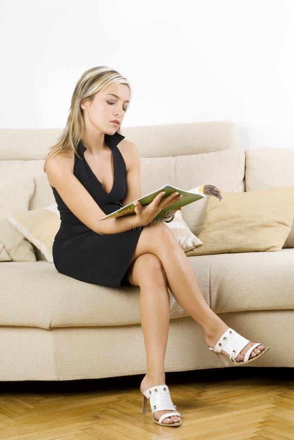 Blond und Zeitschrift stockbilder