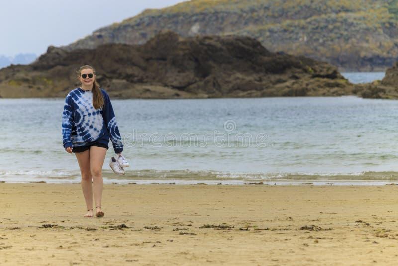 Blond ung flicka på kusten royaltyfri bild
