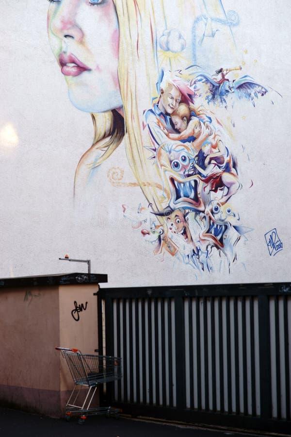 Blond ung kvinna för grafitti arkivfoto