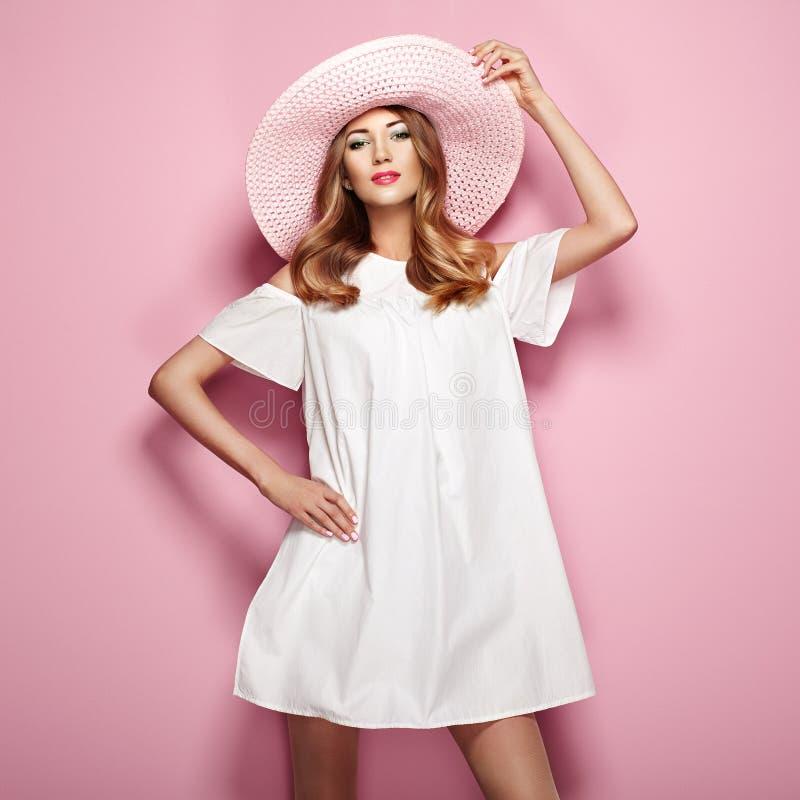 Blond ung kvinna i elegant vit klänning royaltyfri fotografi