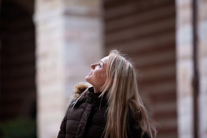 Blond ung kvinna som turnerar en europeisk stad royaltyfria bilder
