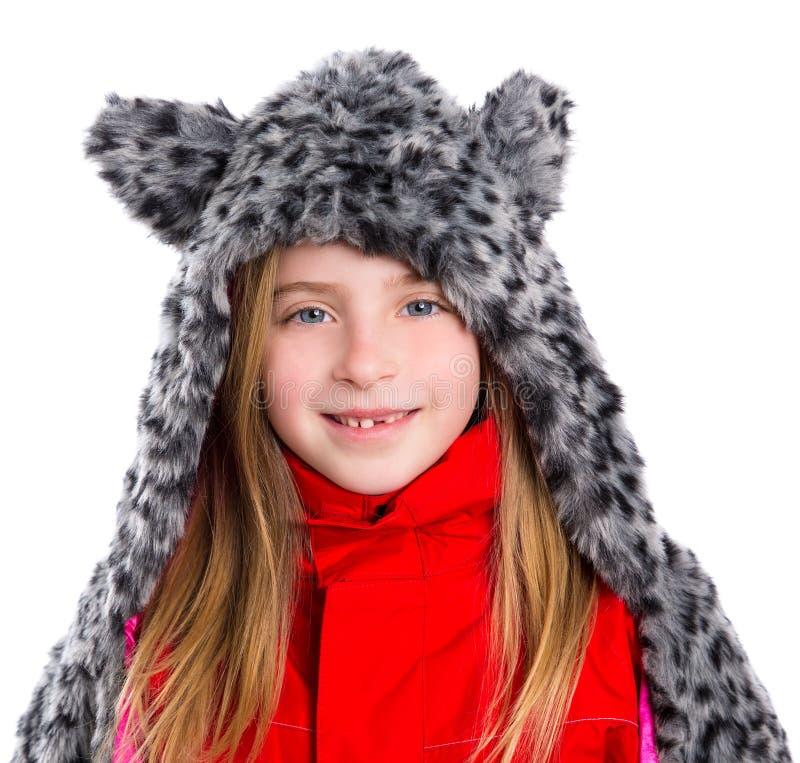Blond ungeflicka med hatten för halsduk för päls för vintergrå färger den katt- i vit royaltyfri fotografi
