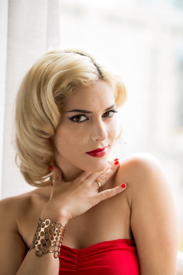 blond ursnygg kvinna royaltyfria foton