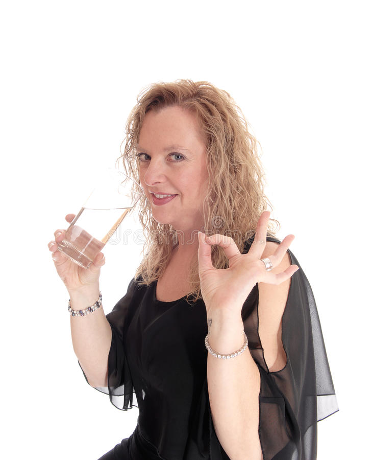 Blond vrouwen drinkwater royalty-vrije stock afbeeldingen