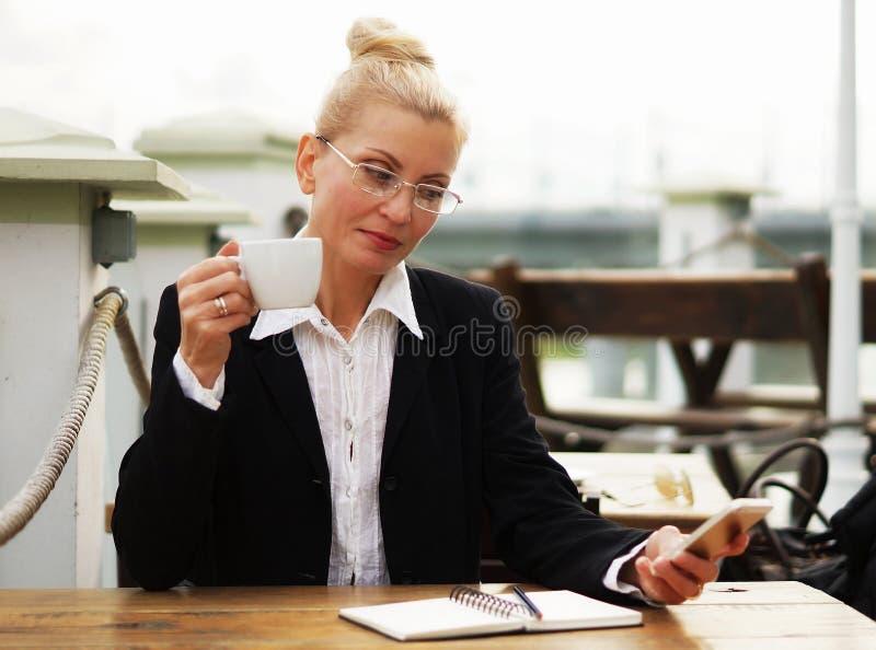 Blond vuxen attraktiv allvarlig affärskvinna royaltyfri bild