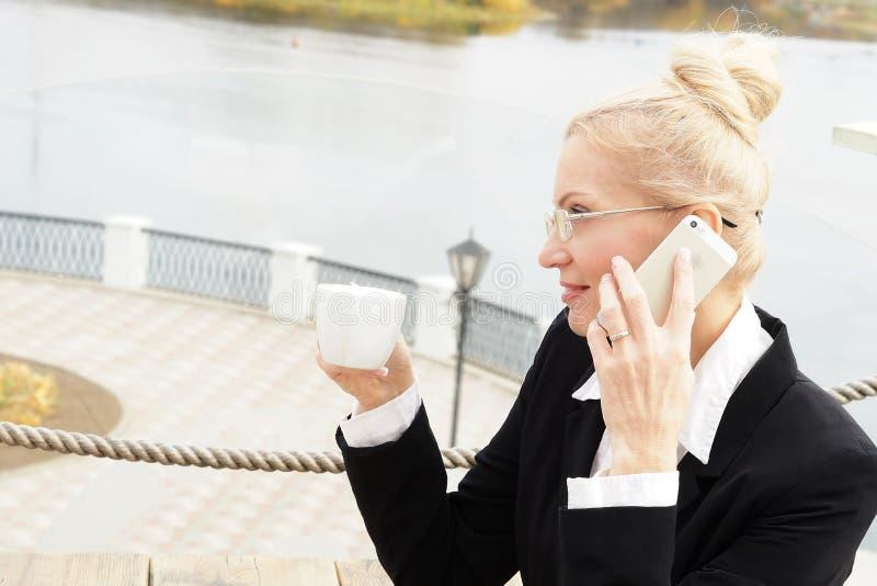 Blond vuxen attraktiv allvarlig affärskvinna arkivfoton