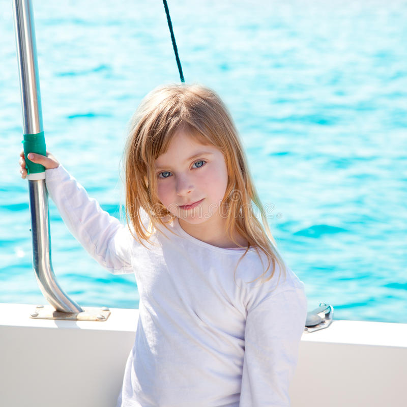 Blond weinig jong geitjemeisje dat in boot het glimlachen vaart royalty-vrije stock afbeeldingen