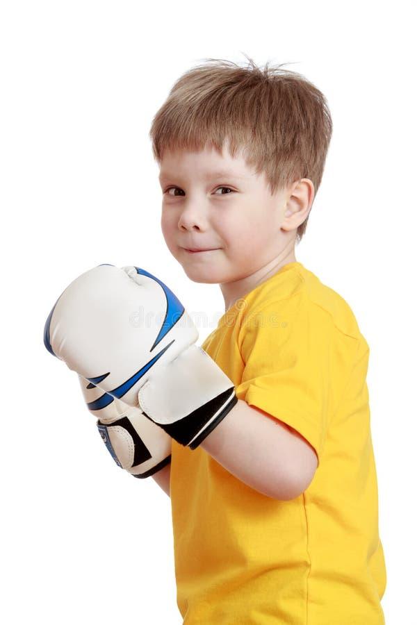 Blond weinig jongen in bokshandschoenen, close-up stock foto's