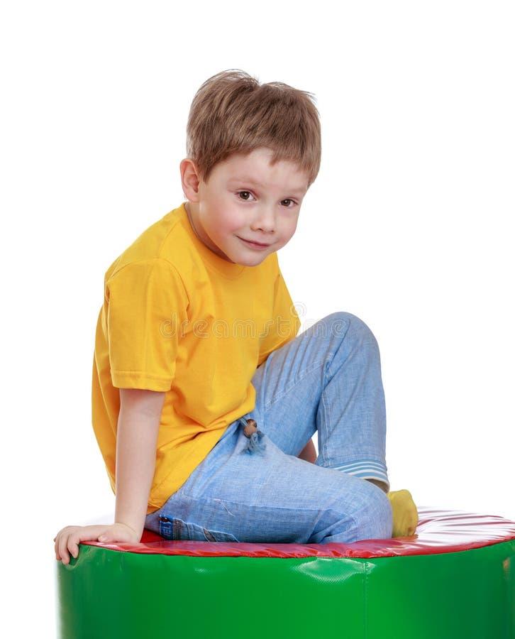 Blond weinig jongen in een gele t-shirt royalty-vrije stock fotografie