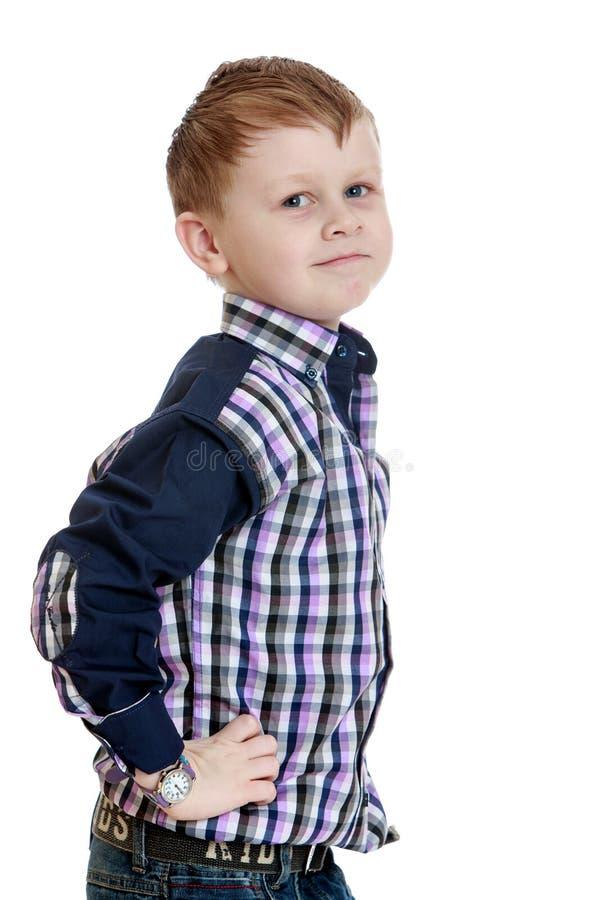 Blond weinig jongen in een plaidoverhemd stock foto