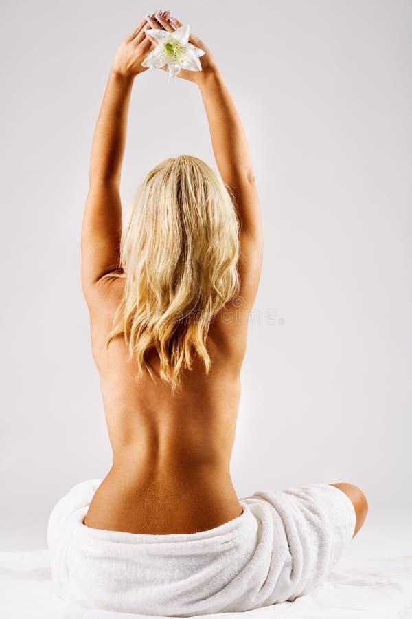 Blond wijfje in handdoek royalty-vrije stock foto