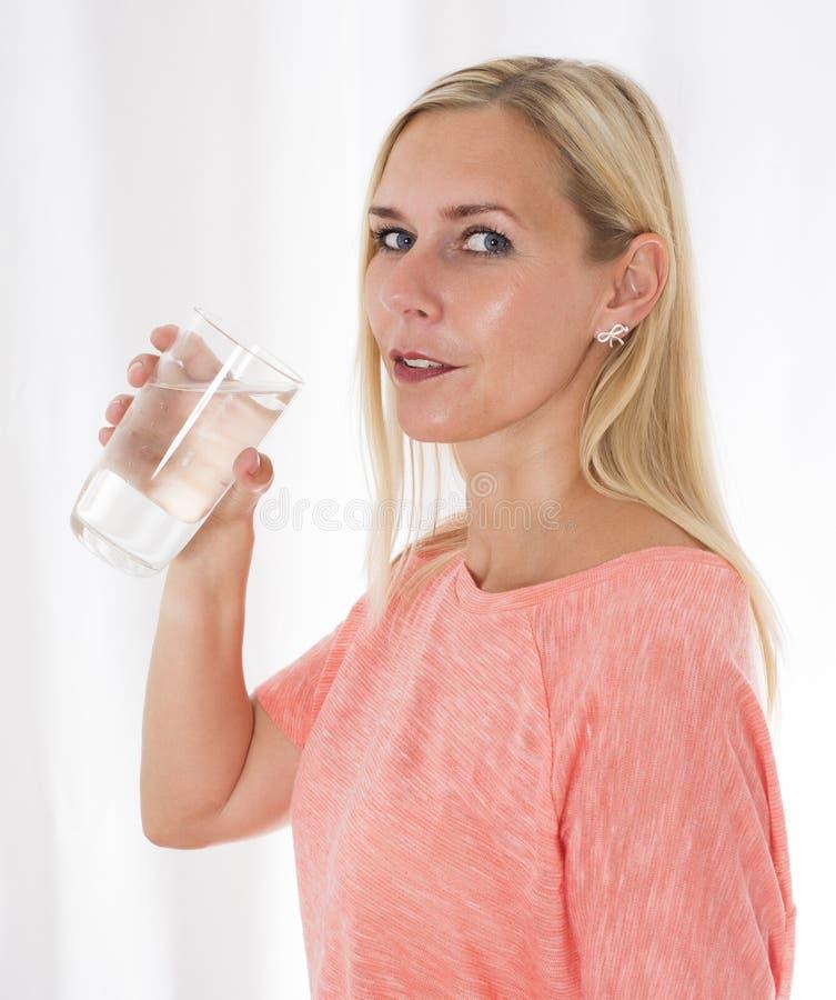 blond wody pitnej, kobieta obraz royalty free
