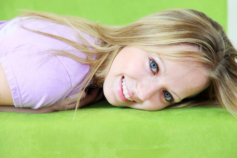 blond z włosami uśmiechnięty nastolatek obraz royalty free