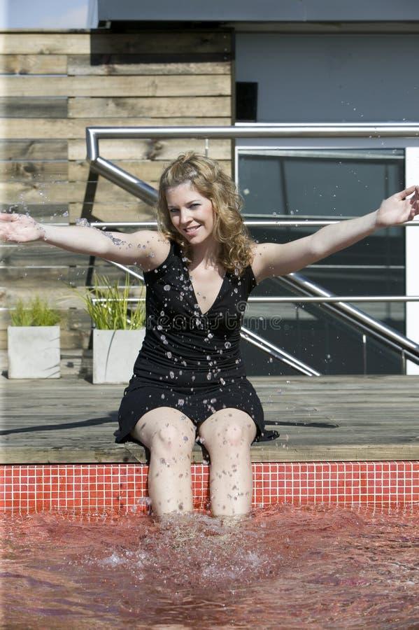blond zabawa ma wodnych młodych kobiet zdjęcie royalty free