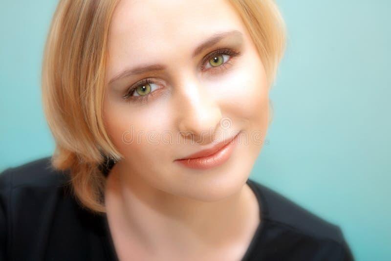 blonda ögon vänder grönt kvinnabarn mot arkivfoton
