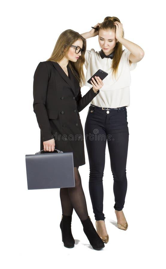 Blonda affärskvinnor för skönhet som rymmer dokument och påverkar varandra svart isolerad teamwork för begrepp 3d illustration royaltyfri foto