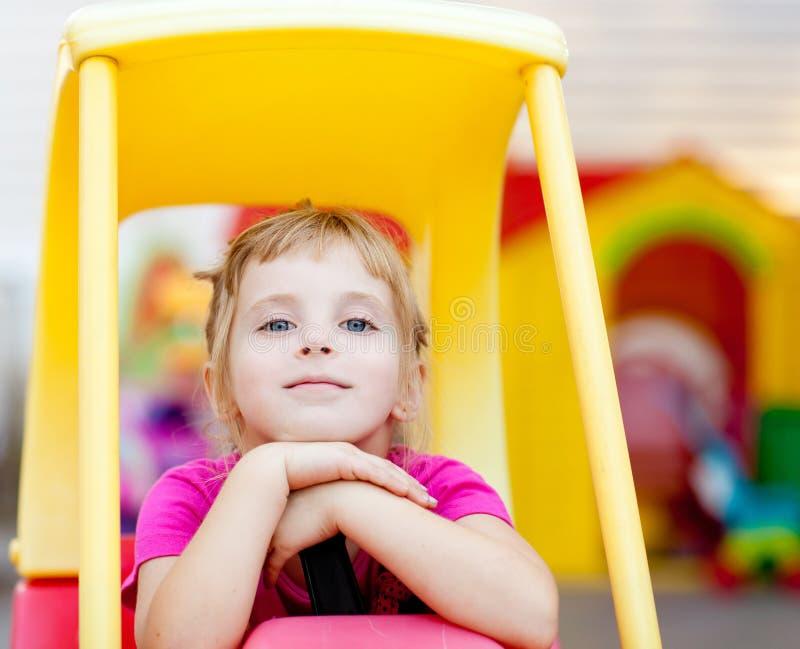 blonda bilbarn som kör den avkopplade toyen för flicka royaltyfri bild