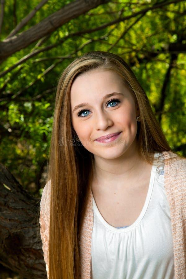 Blonda blått synat tonårigt royaltyfria bilder