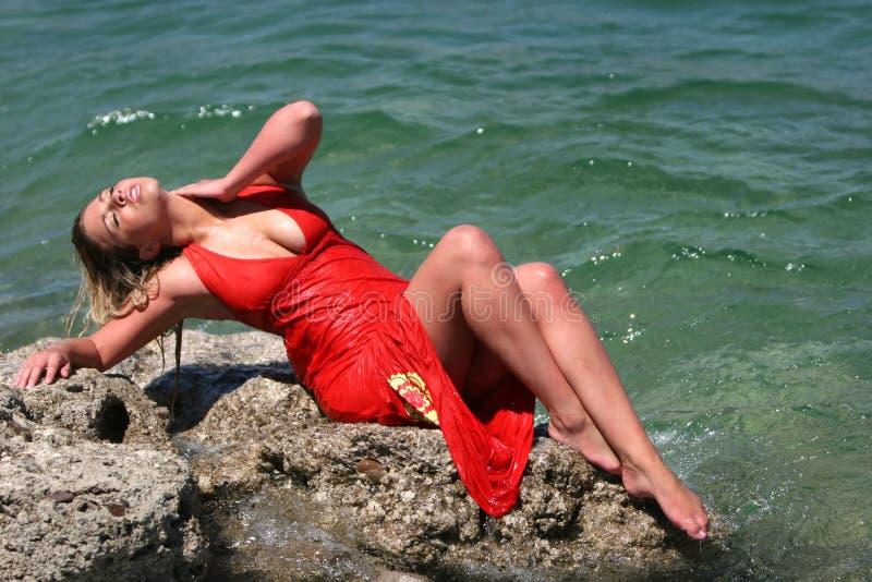 blonda den sexiga klänningflickan vätte royaltyfri fotografi