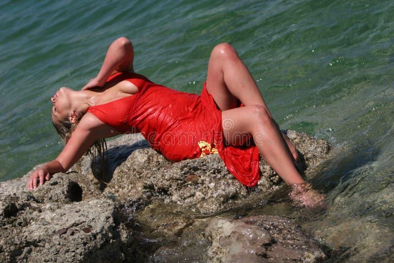 blonda den sexiga klänningflickan vätte arkivfoton