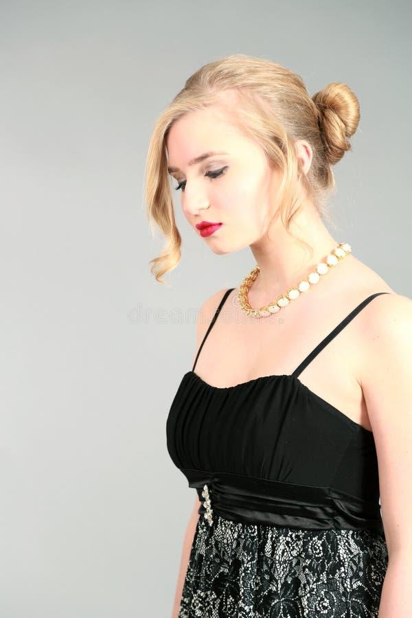 Blonda flickasmycken och updo fotografering för bildbyråer